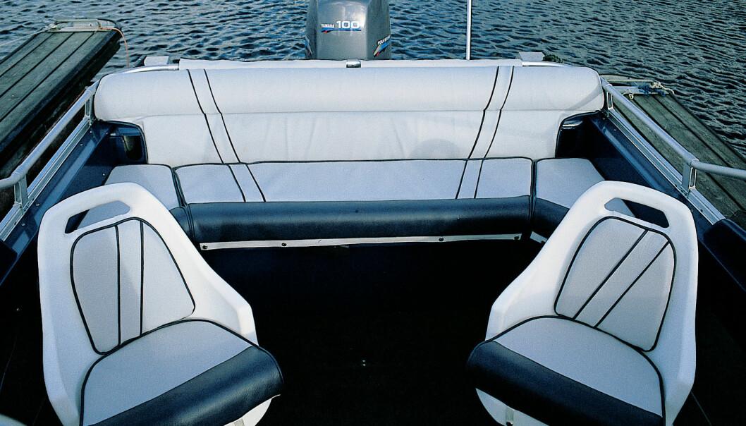 NY DESIGN: XXL har fått nydesignete båtstoler. Akterbenken kan vippes ned i hjørnene for bedre adkomst til motorbrønnen og kryssholtene akter. Puter er ekstrautstyr.