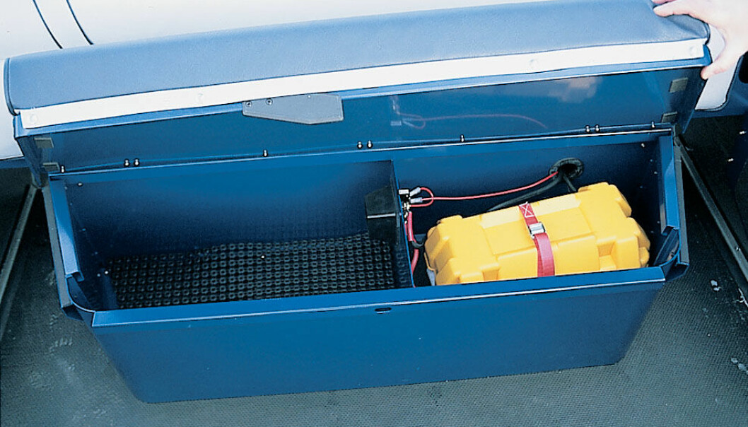 TØRT: Aktre batterikasse. benk rommer hovedstrømbryter og batterikasse.