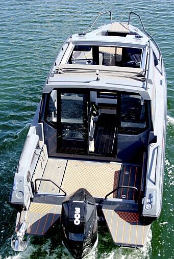 DOLLBORD: I tillegg til gjennomgang via styrhuset, har båten gode dollbord på hver side.