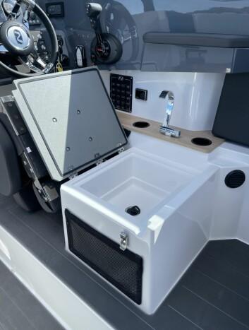 BYSSE: Under førerplassen er det en enkel byssemodul med vask og et lite kokeapparat.