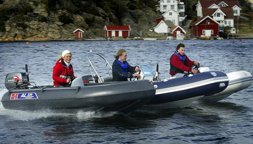 Bildet: GLADMELDIG: Fra 1. juli gjelder ikke lenger 10 knops-grensen for ungdom som kjører båt med 10-hestere. FOTO: BÅTMAGASINET: B