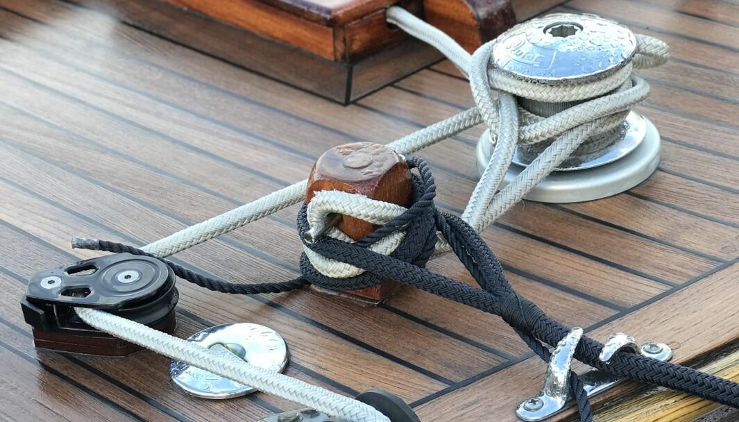 KNUTE PÅ TRÅDEN: Vi kan båtmannsknop, kjerringknute, halvstikk, siste stikk og slipsknute - holder ikke det, da? (FOTO: ATLE KNUTSEN)