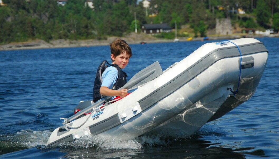 MER FART: Ti-knopsgrensen på 10 knop for båtførere under 16 år ble fjernet i sommer, men motor må fortsatt være under 10 hestekrefter. Foto: Aksel Nissen-Lie.