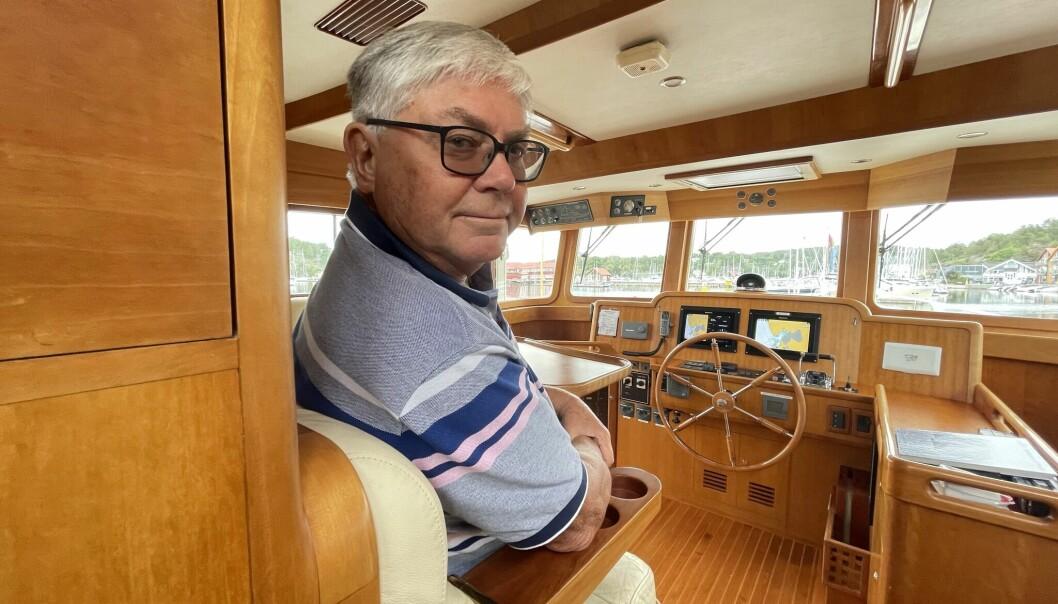 PÅ BROA: 75-åringen Gunnar Leonard Stumo sto til rors i trawleren sin «Susanne» under den 2800 nautiske mil lange turen fra den spanske Solkysten og hjem til Oslofjordens Son.