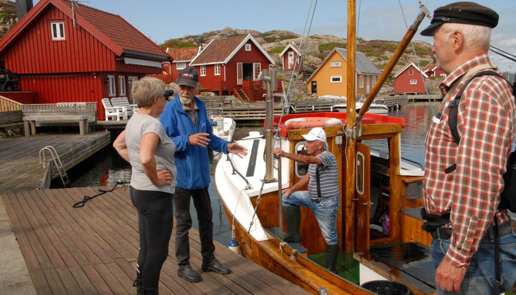HUMMERPRAT: Passiar på brygga ved småhusene på Uvår. Fra venstre Grete Larsen, Sigbjørn Try, Tor Larsen og Jostein Andreassen.